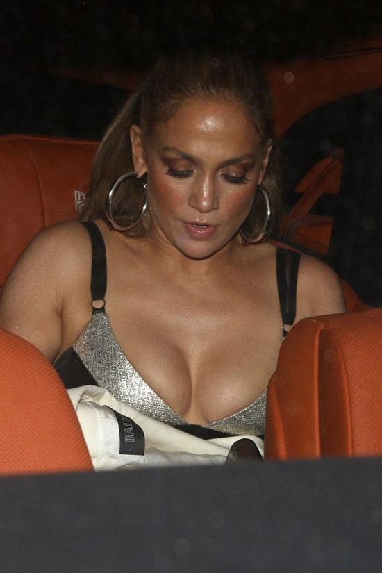 Ngôi sao nhạc pop trang điểm đậm, đeo trang sức lộng lẫy trong buổi hẹn hò.