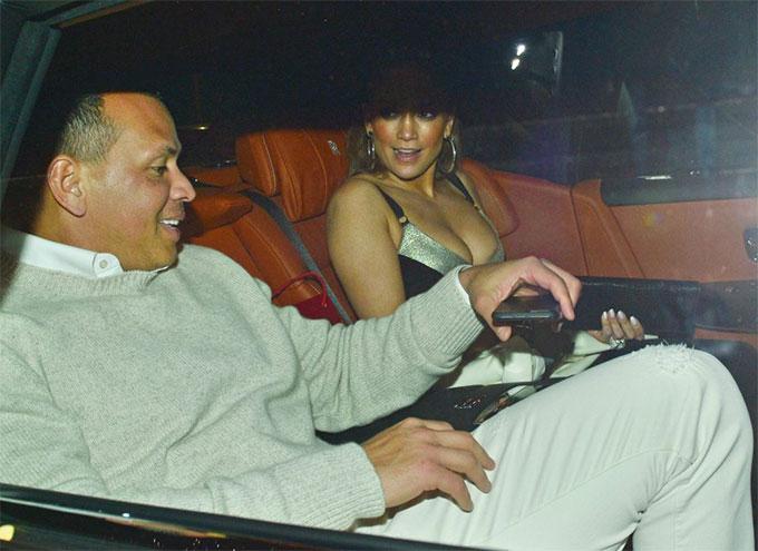 Jennifer Lopez và cầu thủ bóng chày Alex Rodriguez đi ăn tối tại nhà hàng Italy ở Miami, Florida. Sau một năm bên nhau, tình yêu của cặp sao ngày càng mặn nồng hơn.