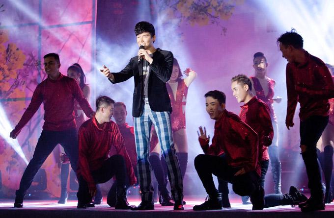Nathan Lee cùng vũ đoàn khuấy động sân khấu với những ca khúc như Xinh, Say, MDD... Năm 2018, anh dự định tung nhiều sản phẩm mới, hoạt động mạnh mẽ hơn trong làng nhạc.