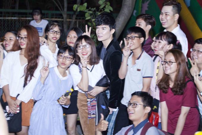 Sau buổi diễn, các fan vây quanh xin chụp ảnh với Nathan Lee.