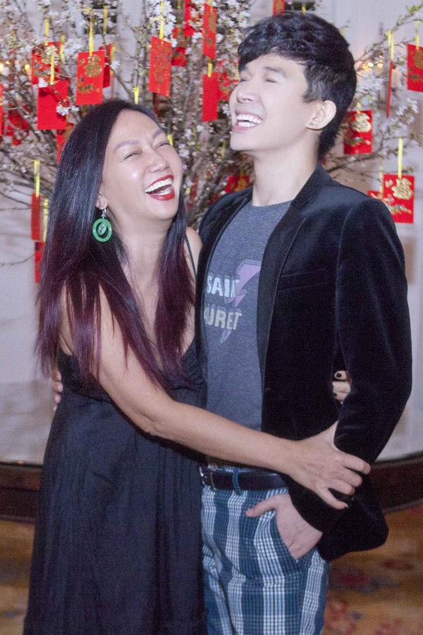 Nathan Lee bất ngờ hội ngộ diễn viên Kim Khánh. Chị Khánh và tôi quen nhau từ những ngày tôi mới về Việt Nam lập nghiệp, nói tiếng Việt còn chưa rành. Sau nhiều năm hai chị em đều có nhiều thay đổi. Tôi luôn quý mến chị, Nathan Lee nói.