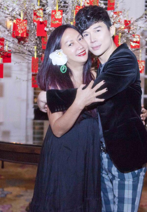 Kim Khánh và Nathan Lee tình cảm ôm chặt nhau, chụp ảnh kỷ niệm.