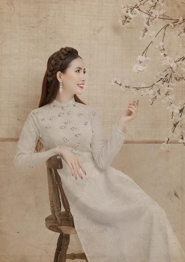 Bộ ảnh do stylist Ti Ak, chuyên gia trang điểm Nam Dy hỗ trợ thực hiện.