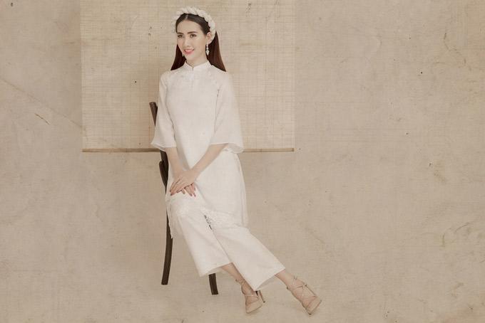 Áo dài với phom dáng rộng rãi, chất liệu vải lụa mềm mại là lựa chọn thích hợp khi đi chơi xuân.