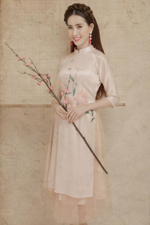 Trang phục gam hồng pastel phù hợp với tính cách điệu đà và nhan sắc ngọt ngào của người đẹp.