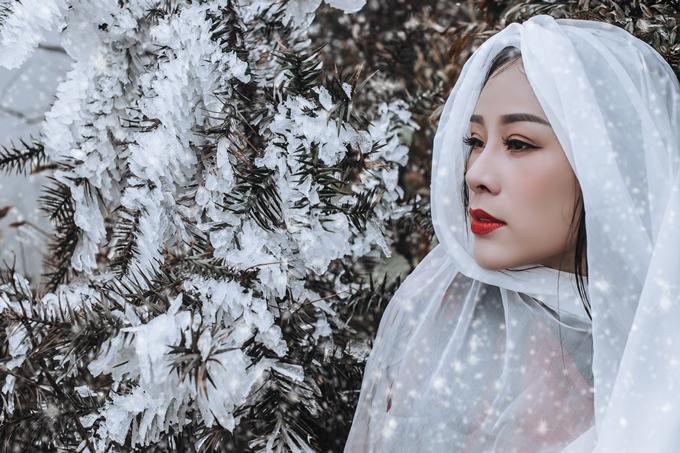 Bộ ảnh mang phong cách xa vắng, cô liêu và ma mị được ca sĩ Hoa Trần thực hiện trong dịp Sapa xuất hiện băng tuyết hồi tháng 12 năm ngoái.