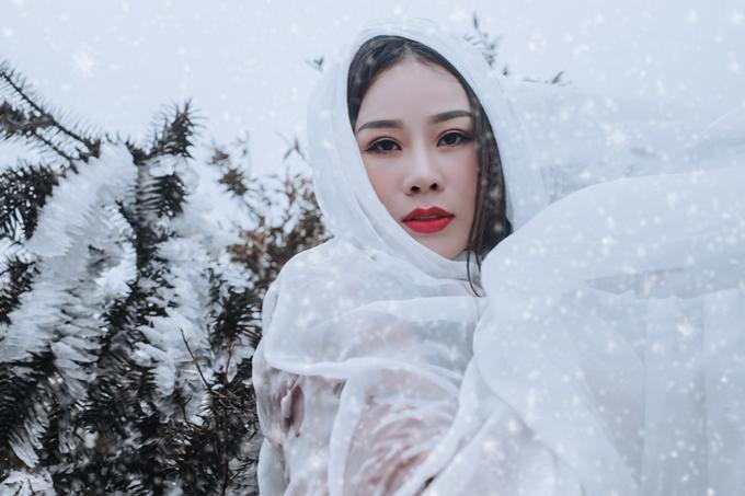 Bà xã Việt Hoàn và ê kíp quyết định di chuyển toàn bộ máy móc lên Lào Cai trong ngày nhiệt độ thấp nhất của đợt lạnh để ghi lại khoảnh khắc tuyệt đẹp về tuyết vùng nhiệt đới.