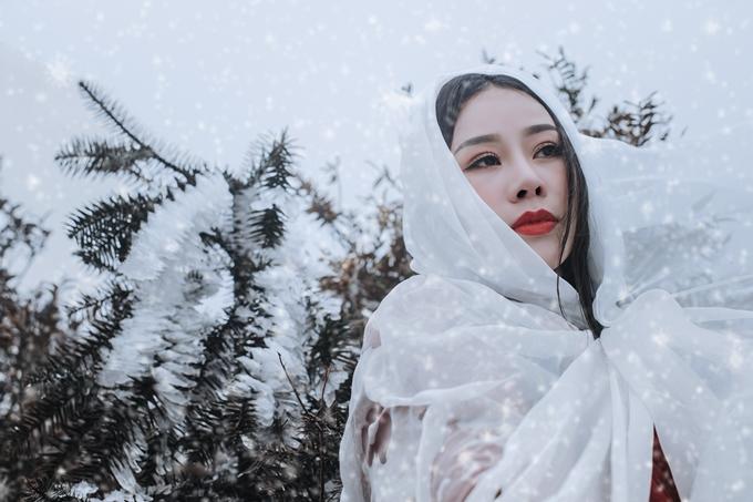 Dưới cái lạnh -1 độ C, Hoa Trần khoác trên mình tấm voan mỏng, tạo dáng suốt 3 giờ đồng hồ.