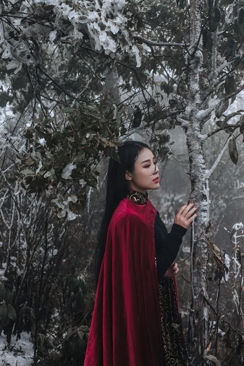 Vẻ đẹp ma mị của bà xã Việt Hoàn giữa băng tuyết núi rừng.