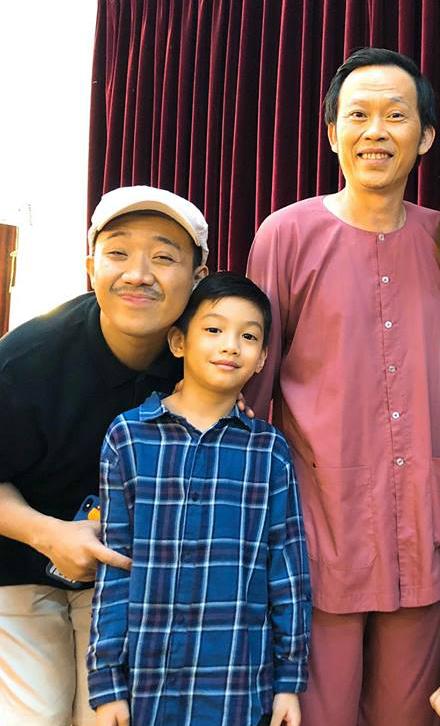 Subeo chụp ảnh lưu niệm với 2 thần tượng là chú Trấn Thành và bác Hoài Linh. Hồ Ngọc Hà chia sẻ: Cậu thích bác Hoài Linh và chú Trấn Thành, cười muốn rơi hàm với các Bác hôm qua.