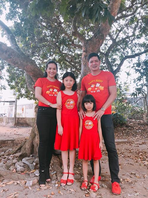 Gia đình Bình Minh - Anh Thơ mặc đồng phục áo đỏ, in hình chú cún khi về quê Bến Tre để khỏi lạc.