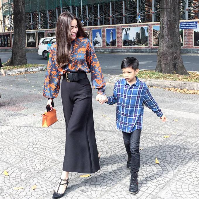 Hồ Ngọc Hà dắt tay con trai dạo phố ngày đầu năm và chia sẻ: Mùng 3 của chúng ta, cậu lớn quá rồi.
