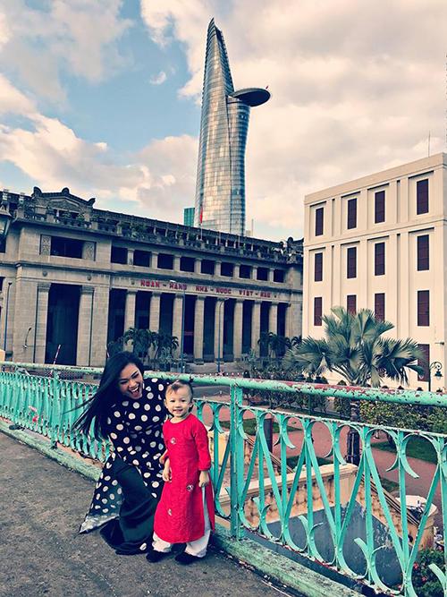 Phương Vy đưa con gái đi chụp ảnh áo dài cùng gia đình hội chị em áo dài khu Chợ Lớn.