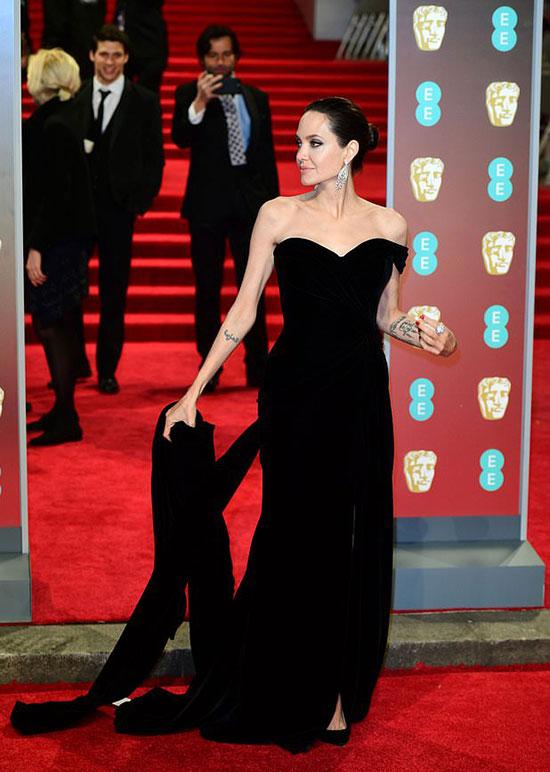 Angelina Jolie duyên dáng trong bộ đầm nhung đen tại giải thưởng BAFTAs ở London tối qua.