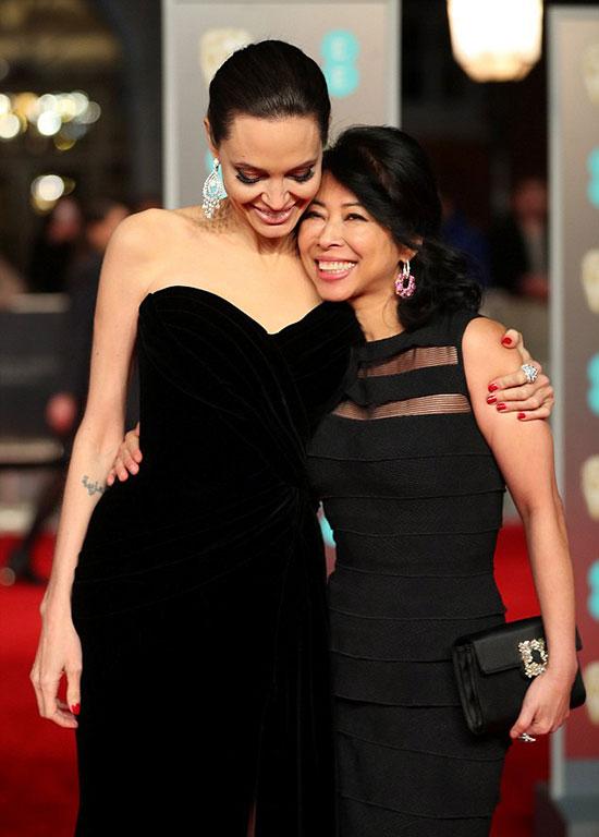 Bộ phim First They Killed My Father do Angelina làm đạo diễn, Loung Ung biên kịch được đề cử ở hạng mục Phim nói tiếng nước ngoài hay nhất.
