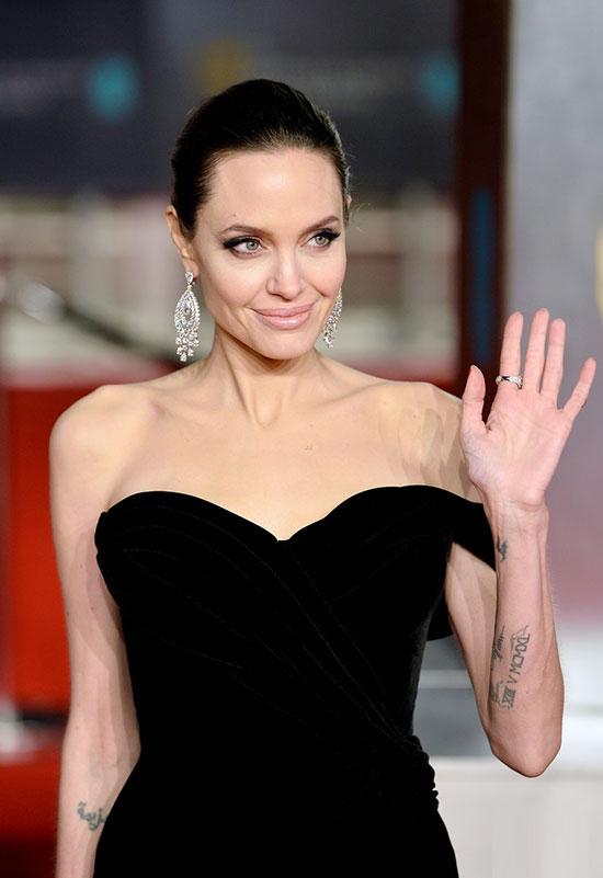 Angelina đeo đôi bông tai kim cương gần 17 carat.