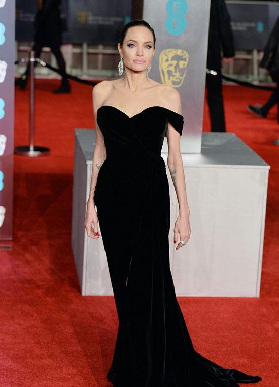 Nữ diễn viên tiếp tục lựa chọn trang phục màu đen giống như nhiều nghệ sĩ khác để ủng hộ chiến dịch Times Up chống lạm dụng tình dục trong ngành giải trí.