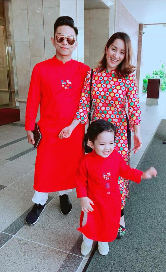 Cả gia đình cùng diện áo dài đi chúc Tết họ hàng nhà nội vào ngày mùng 1 Tết.