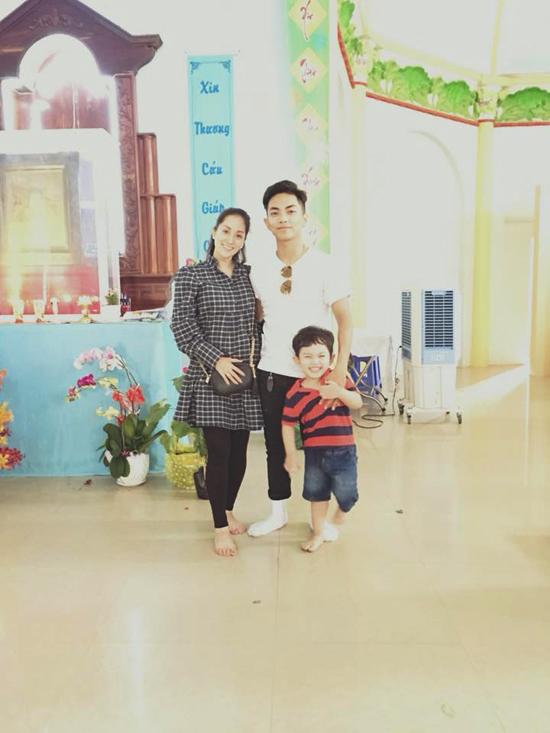 Vợ chồng Khánh Thi chưa tiết lộ giới tính của em bé thứ hai. Riêng Kubi, con trai đầu lòng của cặp đôi tỏ ra rất thích thú vì sắp được làm anh.