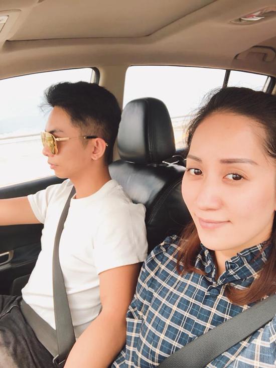 Trên trang cá nhân, Khánh Thi chia sẻ một số hình ảnh của gia đình cô đi lễ đầu năm vào hôm qua (ngày mùng 3 Tết) tại Bến Tre.Ông xã Phan Hiển lái xe đưa cô và người thân đi du xuân.
