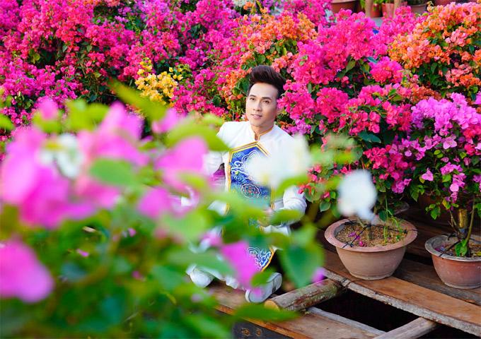 Nguyên Vũ thích thú tạo dáng ở một góc đường rực rỡ màu hoa giấy.