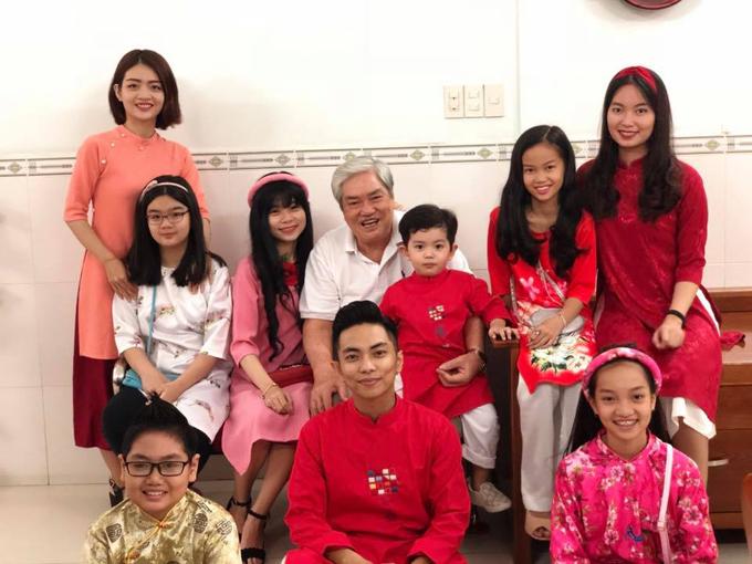 Vì bụng bầu nặng nề nên Khánh Thi lười chụp ảnh cùng chồng con và các thành viên trong đại gia đình bên nội.