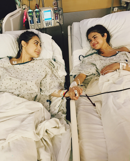Selena và Francia năm chặt tay nhau trên giường bệnh.