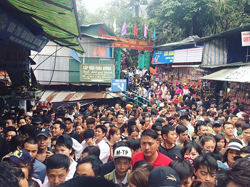 Dòng người đông nghịt, chen chúc đi hội chùa Hương dù chưa khai hội - 1