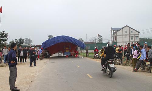 Người dân dựng rạp giữa quốc lộ yêu cầu công an gây tai nạn ra trình diện