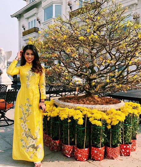 Thảo Tiên - em chồng Hà Tăng - có tên trong hội con nhà giàu Việt Nam. Cô thường diện hàng hiệu sang chảnh, xuất hiện trong nhiều sự kiện đình đám, nhưng ngày Tết Thảo Tiên mặc áo dài truyền thống, khoe vẻ dịu dàng tại khuôn viên biệt thự của gia đình.
