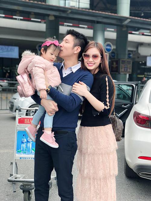 Á hậu Diễm Trang đưa con gái ra Hà Nội hội ngộ với ông xã. Cô đăng tải dòng trạng thái: Julia bay nghìn cây số đi tìm tình yêu của mình nè, nhìn họ âu yếm nhau phát sợ.