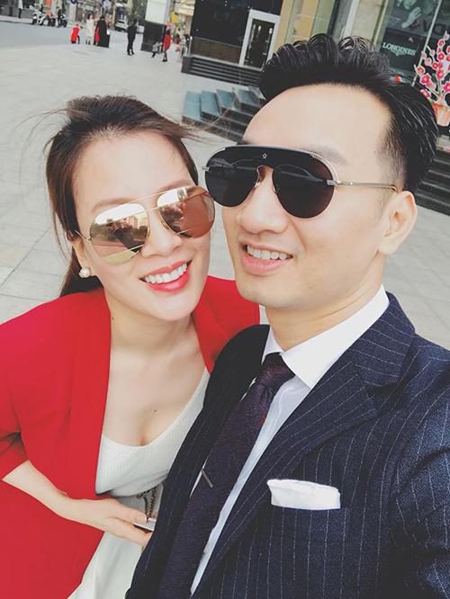 MC Thành Trung hạnh phúc bên người vợ trẻ trong cái Tết đầu Tiên nên vợ nên chồng.