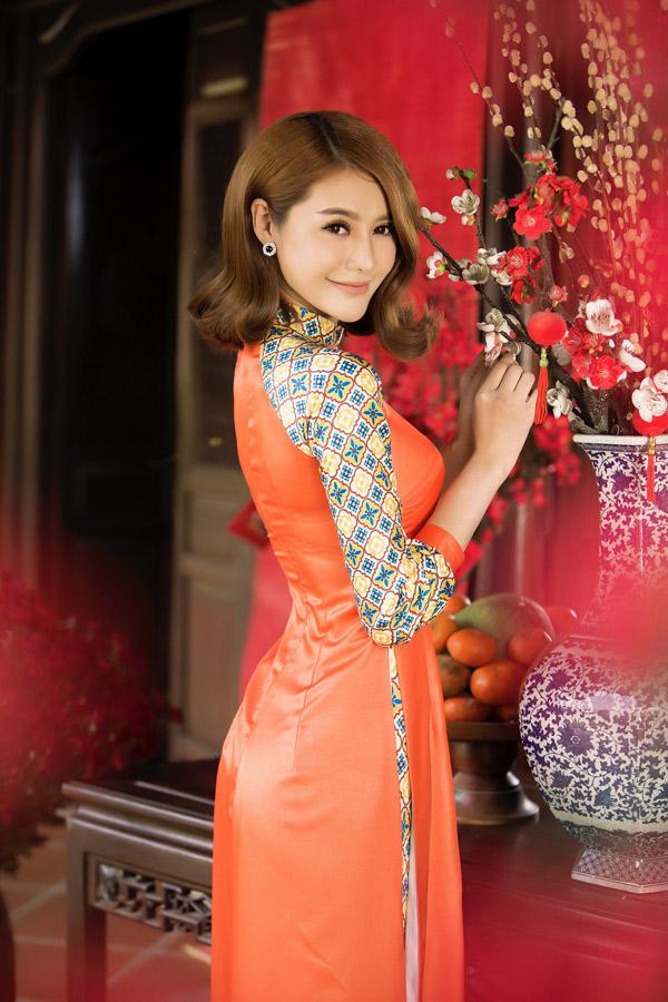 Người đẹp tự tin với số đo ba vòng cơ thể nên thích mặc áo dài bó sát, khoe đường cong.