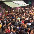 Dòng người đông nghịt, chen chúc đi hội chùa Hương dù chưa khai hội