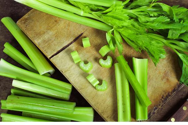 Cần tây chứa nhiều chất xơ, vitamin C, E, K, giúp đánh tan mỡ thừa hiệu quả.