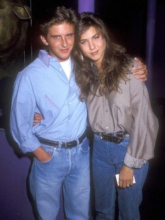 Năm 1990, ở tuổi 19, Jennifer Aniston hẹn hò nam diễn viên Charlie Schlatter - bạn diễn của cô trong phim sitcom Ferris Bueller. Tuy nhiên mối tình này chỉ kéo dài vài tháng.