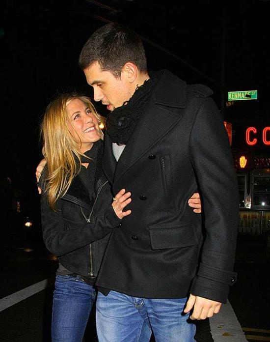 Jen trải qua cuộc tình tan hợp - hợp tan với ca sĩ John Mayer từ năm 2008 đến 2009. Cũng như đối với nhiều người bạn gái khác, John Mayer là người tình lãng mạn nhưng không thực sự gắn bó sâu sắc trong bất kỳ mối quan hệ tình cảm nào.