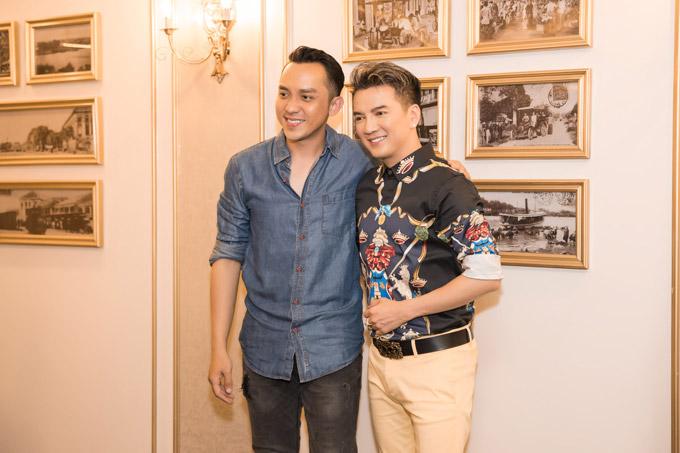 Diễn viên La Quốc Hùng đến xem đêm nhạc trên du thuyền 3 triệu đô để ủng hộ cho giọng ca Say tình.