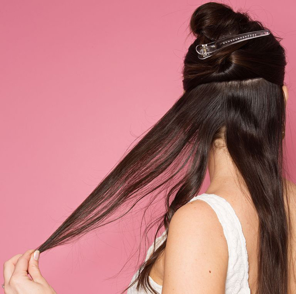 Giữ máy trên tóc khoảng 10 giây rồi kéo duỗi lọn tóc để tóc không bị xoăn quá.