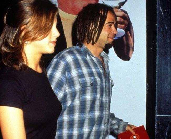Jennifer có cuộc tình ngắn ngủi với thủ lĩnh nhóm Counting Crows, Adam Duritz vào năm 1995. Một thời gian sau, Adam lại hẹn hò cô bạn thân của Jennifer là nữ diễn viên Courteney Cox.