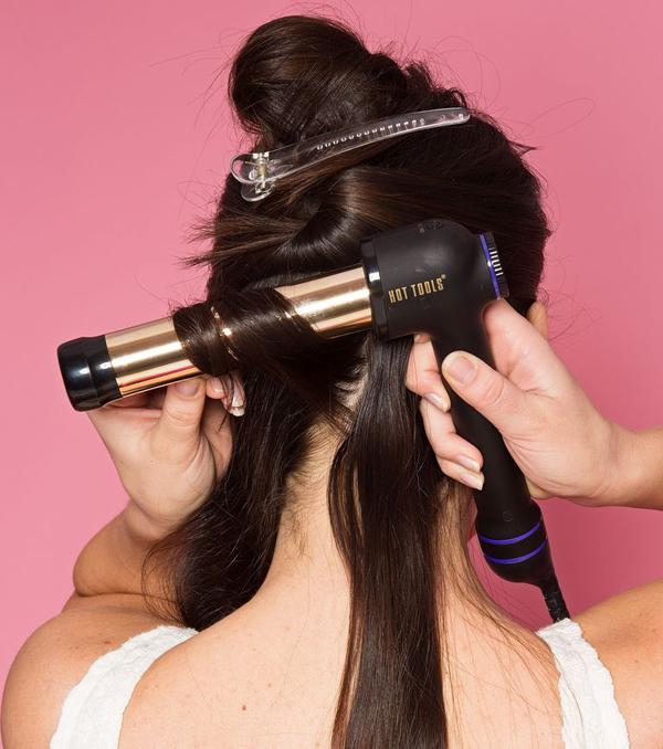 Tiếp tục thực hiện với các lọn tóc còn lại. Lưu ý, cuộn tóc hơi chéo để sóng tóc có độ duỗi.