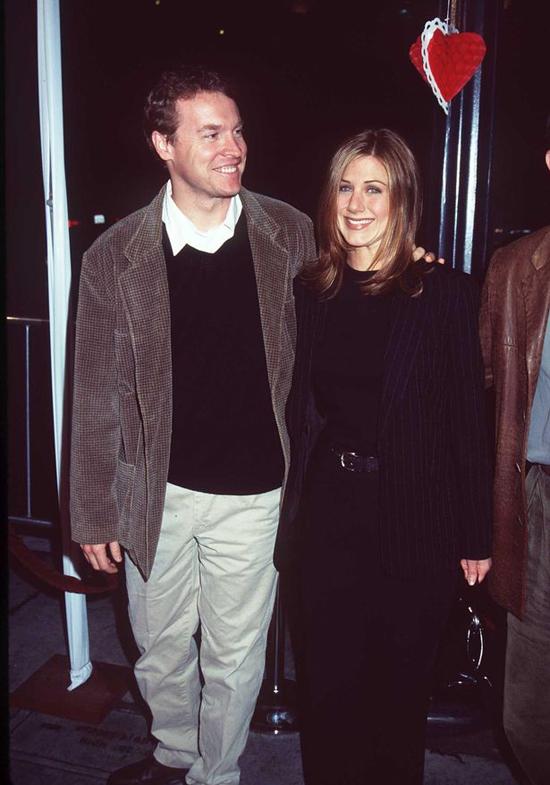 Từ năm 1995 đến 1998, Jen trở thành bạn gái của tài tử Tate Donovan - ngôi sao phim Argo. Thời điểm đó, Jennifer đang nổi như cồn với bộ phim Friends. Tate đã được nhà sản xuất mời đóng vai bạn trai của Jennifer trong 5 tập phim sitcom này. Tuy nhiên không may mắn, cặp đôi chia tay ngoài đời thật và cuộc tình trong phim cũng kết thúc chóng vánh.