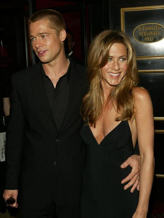 Cuối năm 1998, Jennifer nảy nở tình yêu với tài tử Brad Pitt. Họ trở thành một trong những cặp đôi hot nhất Hollywood thời bấy giờ. Cặp sao tổ chức đám cưới hoành tráng ở Los Angeles vào năm 2000. Hôn nhân bắt đầu rạn vỡ vào năm 2004 khi Brad đóng phim Mr & Mrs Smith cùng Angelina Jolie. Tháng 1/2005, Jennifer đệ đơn ly hôn, kết thúc 5 năm chung sống. Nữ diễn viên không hề đổ lỗi cho Brad Pitt hay Angelina Jolie dù sau đó chồng cũ nhanh chóng công khai mối quan hệ tình cảm với bà Smith.