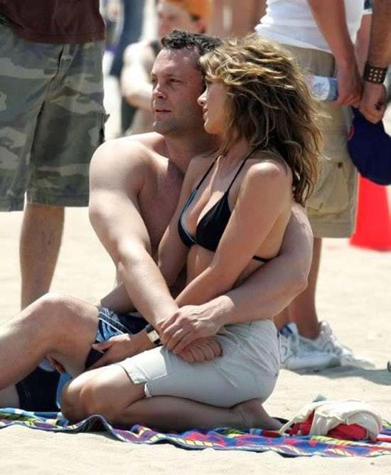 Ly hôn Brad Pitt, trong khi các fan sôi sùng sục tức giận Brad Pitt và Angelina thay cho cô, Jen lại rất mạnh mẽ vượt qua sóng gió này. Năm 2005, cô đóng phim Break Up với Vince Vaughn và hẹn hò khoảng một năm.