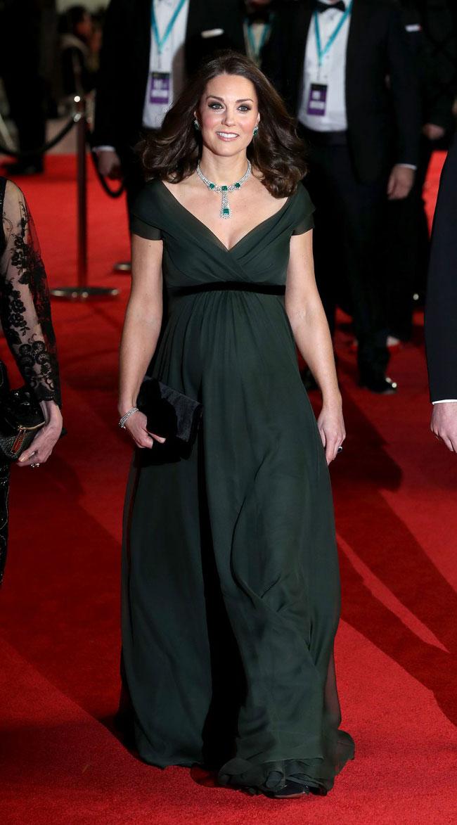Công nương Kate Middleton trên thảm đỏ ở London tối 18/2.