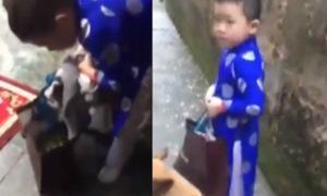 Cậu bé xách túi bánh chưng bỏ nhà ra đi vì bị ba mẹ mắng