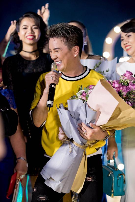 Rất đông khán giả đã lên sân khấu để tặng hoa và nhảy cùng Mr Đàm.