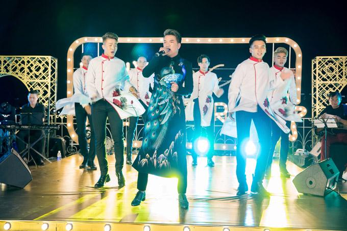Mr Đàm mặc áo dài, nhảy máu lửa cùng vũ đoàn. Anh tiết lộ, anh đã chi số tiền lớn để chuẩn bị trang phục cho đêm diễn, trong đó có bộ áo dài thêu tay của NTK Đinh Văn Thơ và một số mẫu quần áo mới nhất của Gucci, Dolce Gabbana..