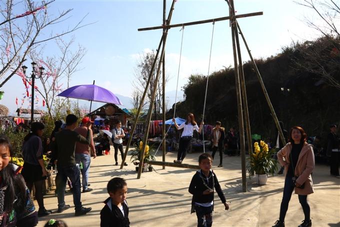 Đi hội khèn hoa, du khách được chơi các trò chơi dân gian vùng cao như đu dây, nhảy sạp, bịt mắt bắt dê và thưởng thức đặc sản vùng cao như thắng cố, trâu gác bếp& Cả thế giới văn hóa, ẩm thực Tây Bắc như đang thu nhỏ lại bằng một lễ hội độc đáo và ấm cúng.
