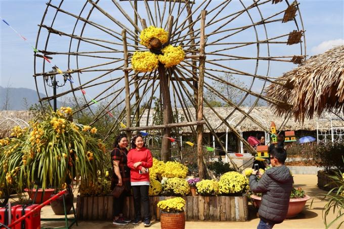 Cả không gian khu du lịch bừng lên sức sống mùa xuân bởi rất nhiều bông hoa khoe sắc rực rỡ. Sắc vàng tươi của hoa cúc, vàng xanh từ địa lan, sắc hồng từ hồng cổ Sa Pa, sắc cam, đỏ - vàng tulip kiêu sa& xen lẫn.